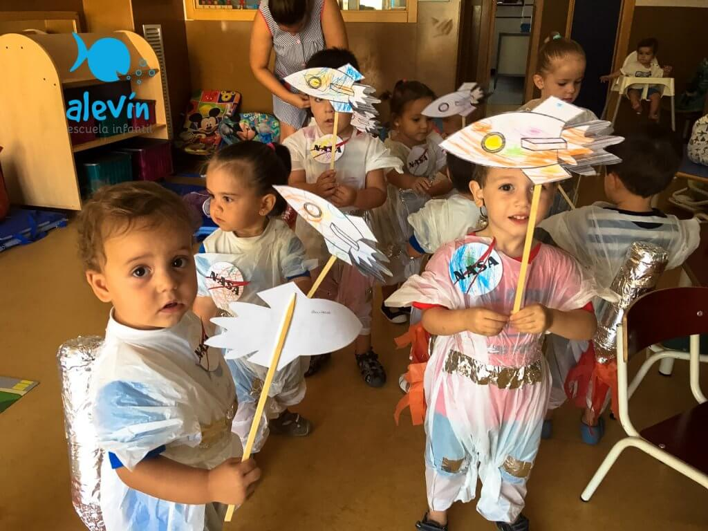 alumnos escuela infantil disfrazados de astronauta