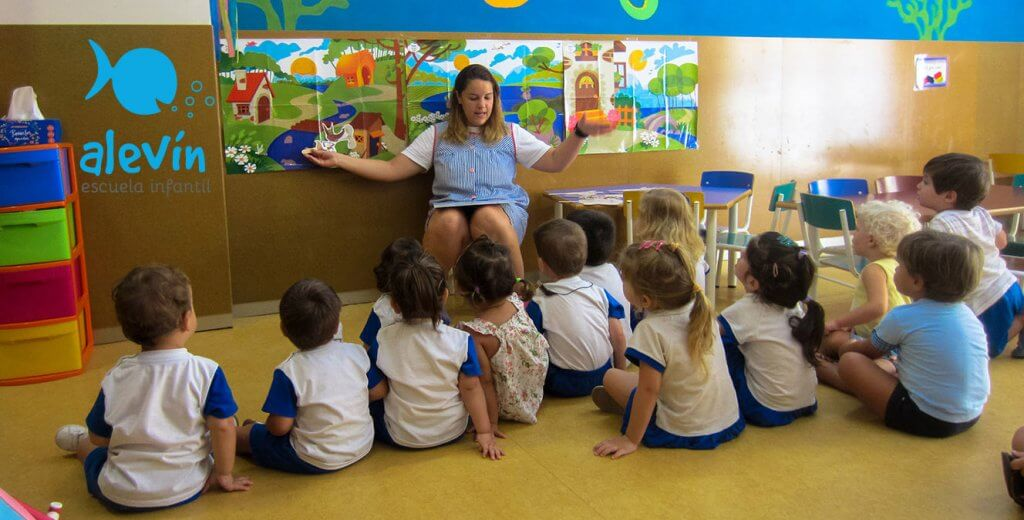 Lectura de los tres cerditos en la escuela infantil