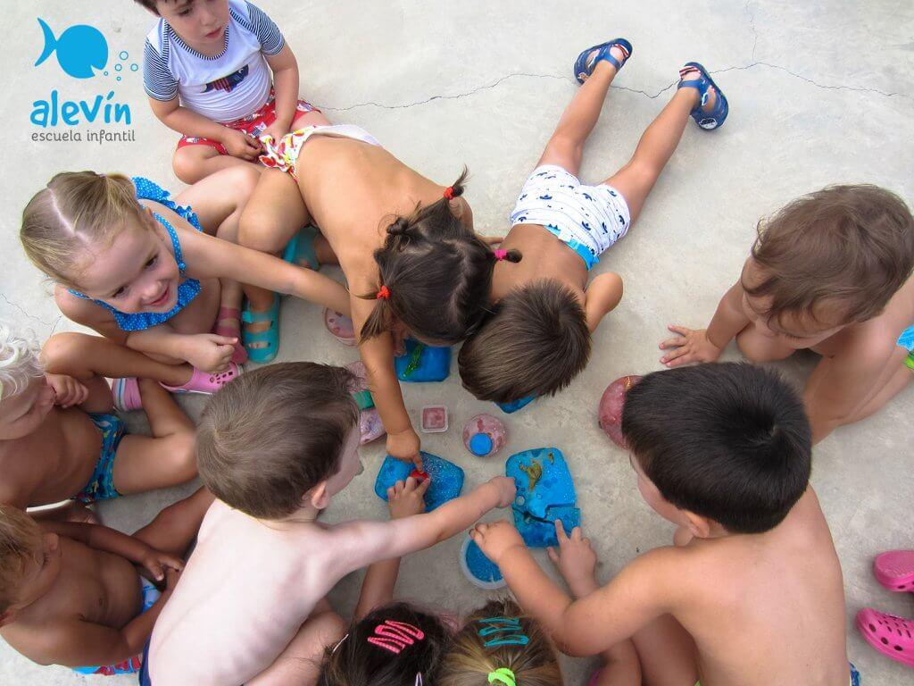 Experimentando en la Escuela Infantil con hielo de colores