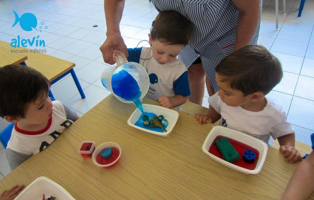 Experimentando con hielo de colores en escuela infantil