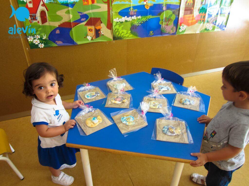 Niños creando figuras de ceramica